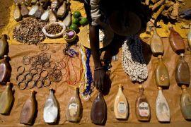 """Mugsu, Tanzania: ambulante vende """"medicine"""" preparate utilizzando parti del corpo di albini mutilati. L'arto di un albino arriva a costare anche 2.000 dollari- Foto di Marcus Bleasdale, VII/Corbis."""
